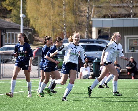 SATSER PÅ JENTENE: Modum Fotballklubb søker etter en trener i fast stilling til å ta seg av jentesatsingen i klubben.