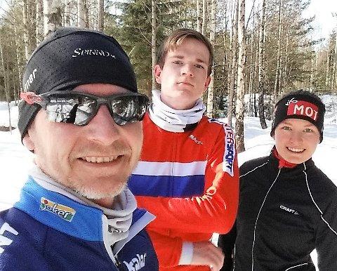 SKØYTEGLEDE:Familien Borgersen skrev skøytehistorie i helgen da de tre fullførte 10.000 meteren påskøyter. Fra venstre pappa Øystein, og barna Bjørnar og Silje Borgersen.