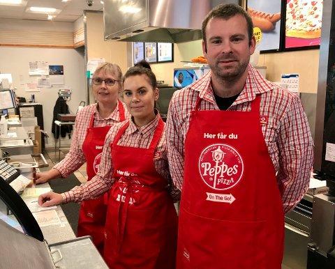 PIZZAKONGANE: Edith Skogum, Elise Havn og Ruben Solheim har selt meir pizza enn nokon andre i Circle K-systemet dei sista dagane.