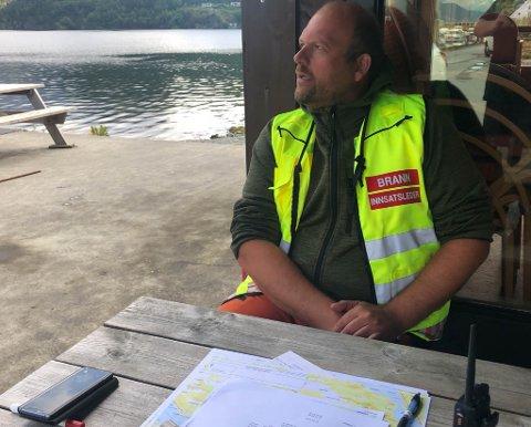 LEIAR SØKET: Eivind Antonisen er innsatsleiar i brannvesenet i Fjaler. Han har vore på vakt og har leia søket sidan leikangermannen forsvann.