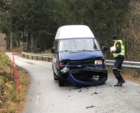 SMELL: Sjåførane kom frå ulykka mellom Vik og Arnafjorden uskadde. Det same kan ikkje seiast om bilane.