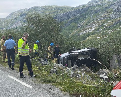 LETTARE SKADD: To personar vart frakta med luftambulanse til Førde etter ei utforkøyring på fylkesveg 53 mellom Øvre Årdal og Tyin torsdag.