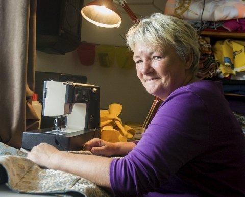 Syerske: Bente Hauge trives godt ved symaskinen. Enten hun syr skjorter eller syr inn bukser.Foto: Thomas Hörman Arntsen