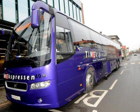 Fulle busser: Når mange skal med nettbuss fra Oslo til Fredrikstad og Hvaler på fredagene, må ofte pendlerne vike plass. Nettbuss bekrefter at dette er vanlig praksis, men fremholder at pendlerne er viktige. Det jobbes med en ny og bedre løsning, sier markedssjef Svein-Arne Vik i Nettbuss Travel. Arkivfoto