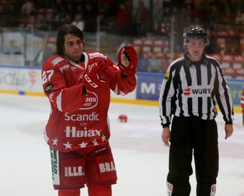 TIDLIG DUSJ: Jesper Nipe fikk en tidlig dusj etter et basketak i Stjernehallen torsdag. Foto: Harry Johansson