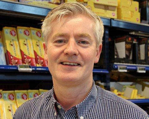 TRIVES I JOBBEN: Kjøpmann Normann Holm ved Rema 1000 Ballangen trives svært godt i jobben, til tross for en utfordrende situasjon. Arkivfoto