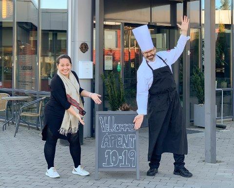 VIL HOLDE PÅ OPTIMISMEN: Tina Barkbu og Ulf Ingen Vien ønsker velkommen til Slobrua så lenge de kan, til tross for korona-utfordringene.