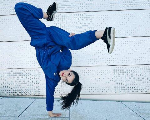 """AKROBAT: Sophie Louise Speight fra Lillehammer har full kontroll. Det må hun også ha når hun fra 10. oktober danser i storoppsetningen """"Flashdance"""" på Chateau Neuf i Oslo."""