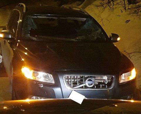 Frontruta er totalt smadret, men både sjåfør og passasjer kom fra det uten skader.