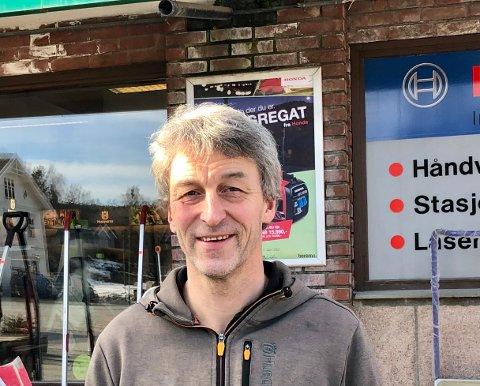 STORT SPEKTER: Daglig leder ved Landbruk og Verktøy i Brandbu, Erland Langedrag, har stengt butikk, men folk får likevel kjøpe det de ønsker.