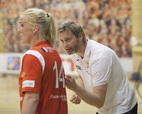 Fokus på det sportslige: HHK-trener Jan Thomas Lauritzen håper og tror at klubben vil rydde opp i de økonomiske problemene. Her instruerer han islandske Sunna Jonsdottir.