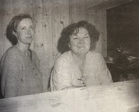 Vertshuset opnar i dag: Hege Nielsen (t.v.) og Maria Seim skal driva den nye utestaden i Odda. Frå HF 14. juni 1996.