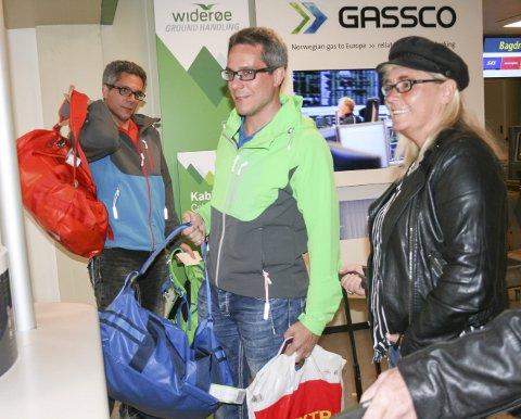 Smiler bredt: Camilla Gustavson nærmest som her sjekker inn sammen med Niclas og Mattis Karlsson.