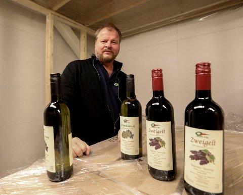 EGEN VIN: Rune Johan Simonsen har hatt vingård i Slovenia siden 2004. Vinen som produseres brukes blant annet til markedsføring og gaver til kunder.