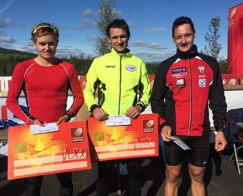 Erik Nordstoga med førstepremien i Reinfjellmarsjen/HSB-trail. Han og Ole Jakob Forsmo (t.v.) hadde et durabelig spurtoppgjør. Til høyre Jesper Abelsen Andreasen som ble nummer fire totalt.