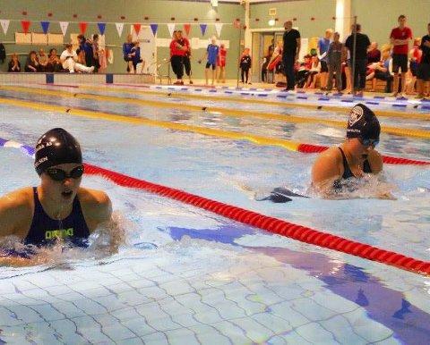 NYE TETTE DUELLER: Det kommer til å bli mange jevne heat i bassenget i Karasjok den kommende helgen under Mørketidssvøm. Foto: Kirkenes svømmeklubb