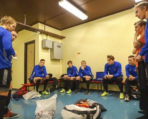 SLAGPLAN: Taktikken legges i garderoben før semifinalen mot Honningsvåg 2. Foto: Varanger BK Futsal