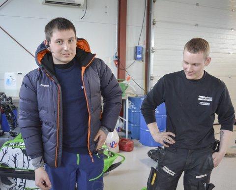 FIKK SEG EN SMELL: Stian Heitmann kjørte scooteren som ga han en luftetur i 170 km/t. Kompisen Christer Alsèn ser på hånda som på mandag ble gipset etter at det ble konstatert brudd.