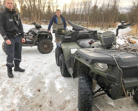 FANT STJÅLNE ATV-ER: Politibetjentene Erik Thor Martin Aira Balto og Arvid Næss fra Karasjok med de stjålne ATV-ene som ble funnet i en garasje i Lakselv.