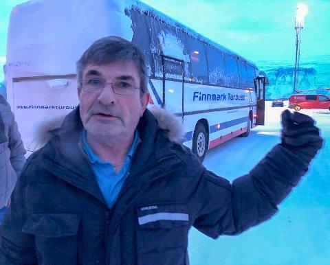 FORBANNA: Her er Ruben Holmgren i ferd med å gå på de chartrede bussene til Kirkenes fra Lakselv. Samtidig tar SAS-flyet av fra Lakselv, med kurs for Kirkenes. – Jeg er forbanna! sier Holmgren til iFinnmark.