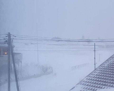 VEISPERRINGER: Slik så det ut fra kontorvinduet og ut mot gata som er stengt i Vardø.