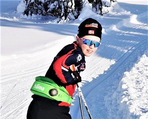 STARTKLAR: 13-år gamle Sigmund Ølstad fra Gansdalen er klar til å delta i Fet 24-timers til helgen. – Gjør som meg. Bli med du også. Dere kan bruke både ski, skøyter, gå til fots, sykle eller drive i akebakken, er Sigmunds oppfordring til alle ski- og turglade som er målgruppe for arrangementet i regi av Fet skiklubb. Foto: Privat