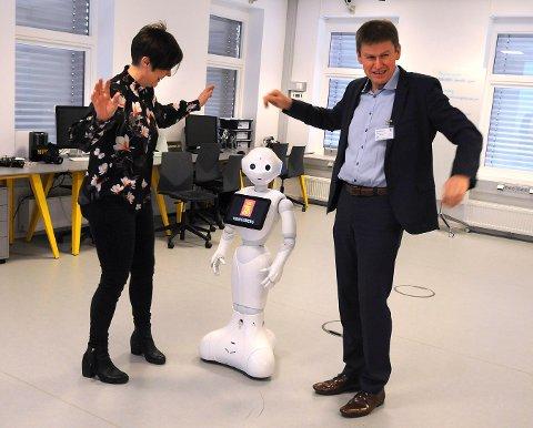 Under Kongsberg Summit i neste, skal Wivi-Ann Bamrud i Kongsberg Næringsforum og Hans-Peter Havdal i Industrilederforum, sammen med roboten Pepper, vise hva robotiseringen kan bety i framtida.