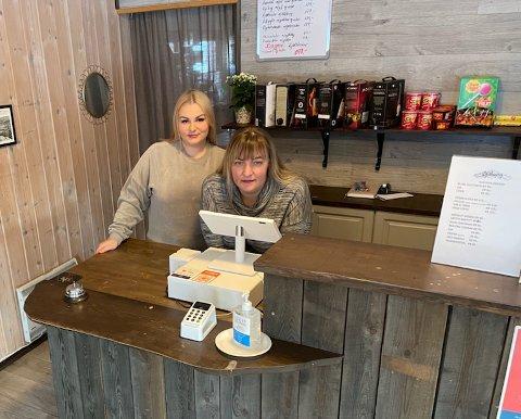 MOR OG DATTER: Karolina Masyte (t.v.) og Inga Masiene skal nå sørge for driften på Blåberg.