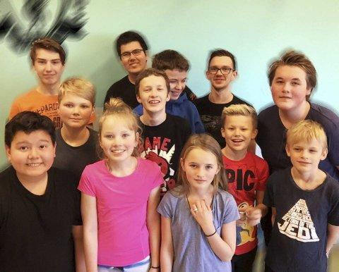 Forskere: Elevene ved 5. til 10. trinn ved Strønstad skole deltar i First Lego Leauge i Harstad neste helg. De har jobbet med forskningsoppgaver om spekkhuggere og møte mellom mennesker og dyr.Foto:Privat