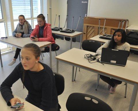 Spente: Karlotta Ovesen (foran), og bak fra venstre Nora Esperø, Cecilie Johnsen og Nithushaa Muthtaiayah var spente.