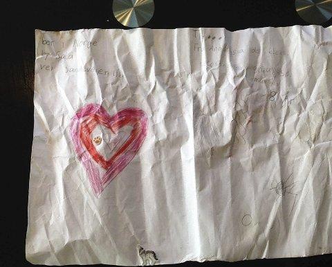 HJERTE: Den ene av de to tegningene er av et stort, rødt hjerte. Foto: Privat