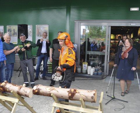 ÅPNING: Bonde Elisabeth Holand og butikkmedarbeider Marina Lindgaard fikk æren av å åpne den nye butikken og her har Marina akkurat skåret over tømmerstokken