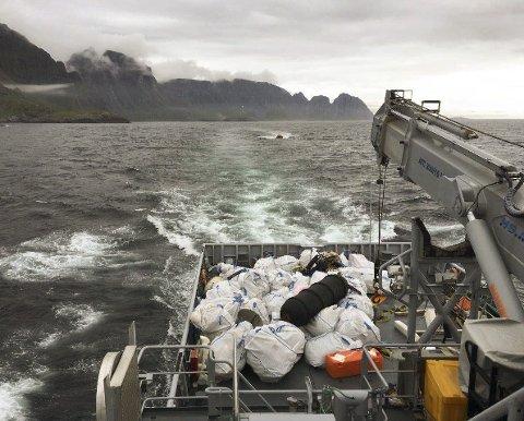 K/V «Magnus Lagabøte»: Kystvakten har fjernet 60 kubikkmeter oppsamlet strandsøppel fra Lofotodden, Stokkvika og Kvalvika.