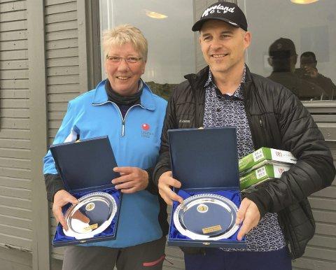 Mestere: Vinnerne av NNM for seniorer på Lofoten Links, Tone Markussen og Finn Werner Olsen med sine premier.