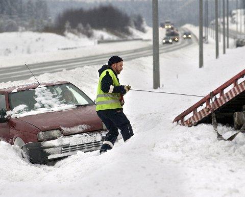 Nok å gjøre: Bilbergingsselskapene har hatt travel dager etter at kulda og vinteren satte inn. På dette bildet fra en tidligere vinter har en bilist «snurret» på E6 sør for Vestby og blir trukket opp av Falcks representant.