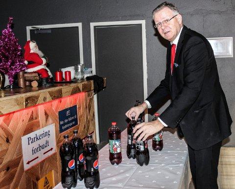 HJALP TIL: Ola Christensen stilte opp som frivillig hjelper og satte fram alkoholfrie drikkevarer til julegjestene.