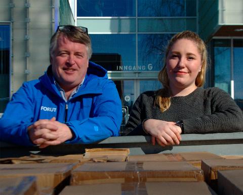 GIR TIL DE SOM HAR LITE: Studentparlamentet ved NTNU Gjøvik, her representert ved stedlig leder Julie Heiberg, overrakk FORUT 500 utdaterte bagger til deres veldedige prosjekter. Til venstre, Jan Blom-Jensen.