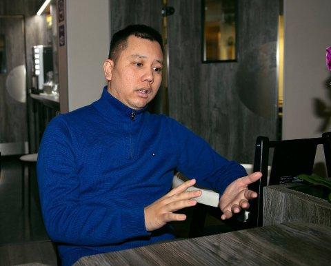 BEKYMRET: De siste månedene har vært tøffe for utelivsbransjen. Daglig leder Khuay Vinh Dang på Chaplin håper likevel at folk holder seg hjemme i helga.