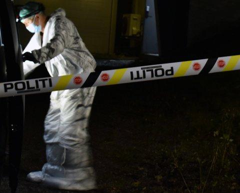 UNDERSØKELSER: Bildet viser en av politiets krimteknikere i aksjon på den aktuelle eiendommen på Raufoss søndag kveld.