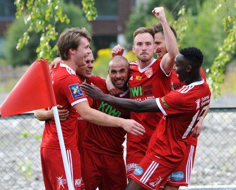 MER JUBEL?: FK Toten jublet for tre poeng i seriepremieren sist helg. På OA-TV kan du følge FK Totens kamp mot Nybergsund, SK Gjøvik-Lyns kamp mot Lillestrøm fredag og flere andre godbiter.