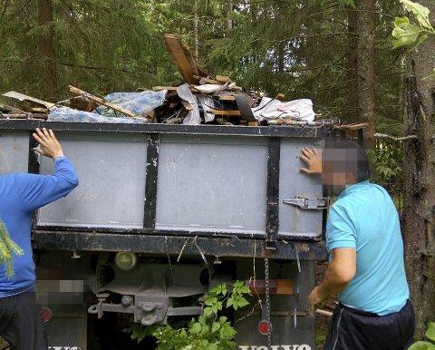 SØPPEL: De latviske bygningsarbeiderne ble tatt på fersken da de ville dumpe flere kubikk med søppel rett ved den godt trafikkerte Kroerløypa. Alle foto: Andreas Skuterud