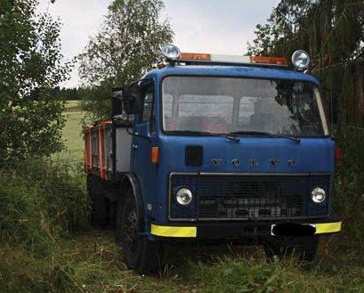 Parkert: Søppeldumperne måtte levne «Søppelbilen» i et skogholt ved Rakkestad, da de ikke kunne vise frem gyldig førerkort. Foto: Rakkestad Avis