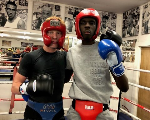 GOD TRENING: Martin Skogheim sammen med en engelsk bokser hos Islington Boxing Club.