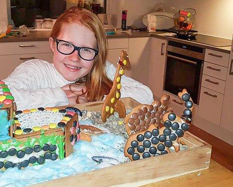 TIL TOPPS: Maja og Magli i 4C ved Finstad skole har levert inn bilder av en  forseggjort Noas Ark i den årlige pepperkakehus-konkurransen til Eie Eiendomsmegling, der ØB er jury.