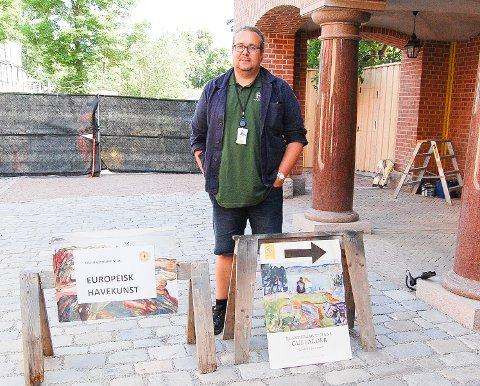 TREKKPLASTER: Christian Dyresen er fungerende daglig leder ved Rammestiftelsen i Vestby og viser vei ned til Ramme Billedgalleri tre etasjer under bakkenivå.. Her stiller Petter Olsen ut 52 malerier, signert Edvard Munch og andre fra gullalderen i norsk malerkunst.