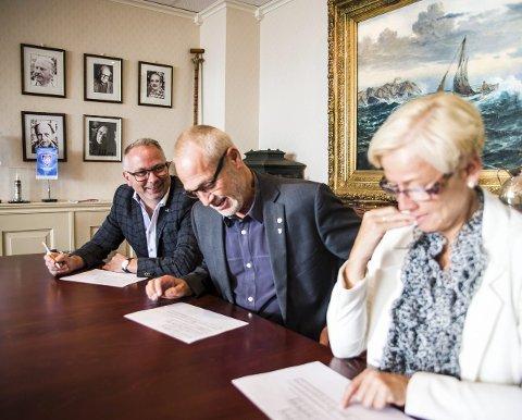 Rune Høiseth ( i midten) er godt fornøyd med oppslutningen, mens Bjarne Steen og Gina Johnsen mener noe annet.