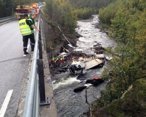 TUNNA BRU: I 2014 styrtet et vogntog i elva ved Tunna bru og sjåføren omkom. Nå vil Statens Vegvesen bygge ny bru, et par kilometer sør for dagens bru i Lonåsen.