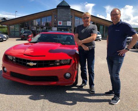 DRØMMER ER REALISERT: Geir Helge Bråthen (til venstre) fikk fredag overlevert drømmebilen, en Chevrolet Camaro RS2/ss av selger ved Elverum Auto, Øyvind Evenstad.