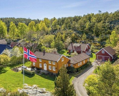 Samlet rundt et tun: Hovedhus, gjestehus og garasje med hybel ligger samlet rundt et tun på Holtane. Foto: Kristian Bollæren