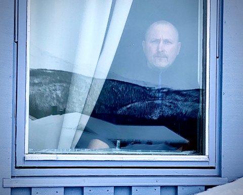 PENDER: Dette bildet har dattera tatt av Bjørn Ove Sørensen i karantene i hjemmet sitt fordi han må mellomlande på Gardermoen.